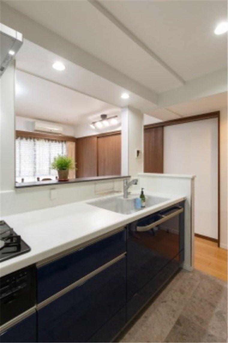 キッチンとダイニングの床が違う床材の例