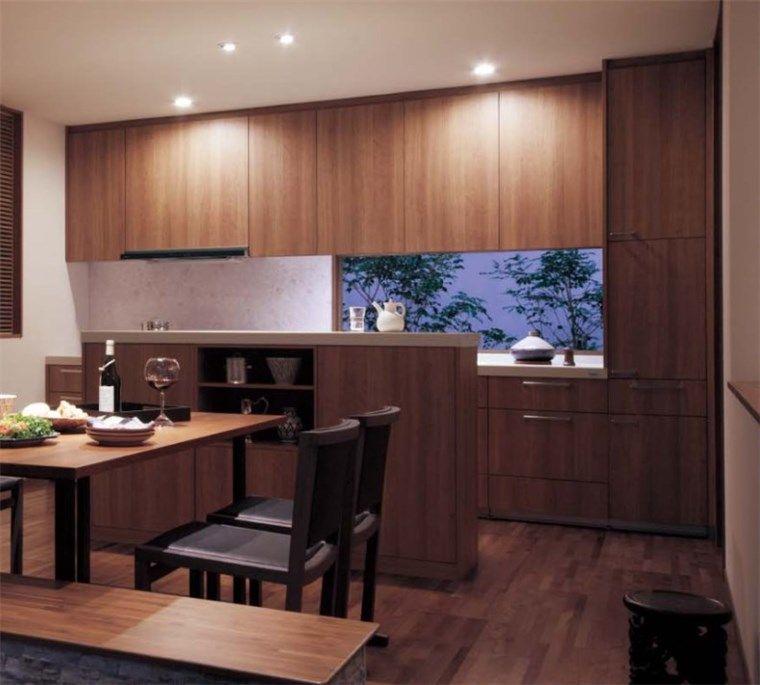 キッチンにシンプルな窓