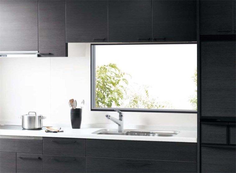 キッチン正面に窓